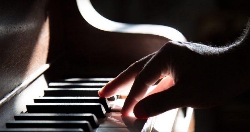 eine Hand spielt Klavier